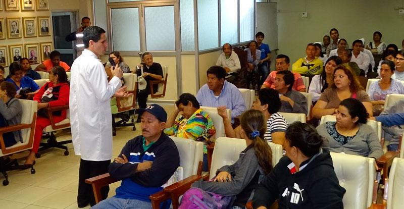 Doctor brindando charla sobre hepatitis