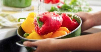 Lavar adecuadamente las frutas y verduras antes de consumirla e ingresarla a la refrigeradora es una muy buena medida para prevenir enfermedades