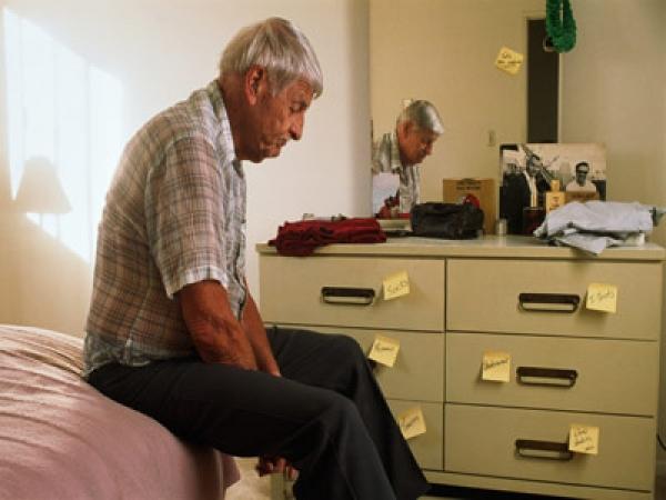 La enfermedad de Alzheimer se puede identificar por presentar manifestaciones tempranas, intermedias y tardías.