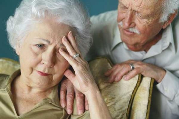 Existen diferencias entre las actitudes y acciones de un adulto mayor sano y otro con la enfermedad de Alzheimer.