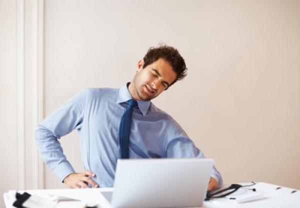 La lumbalgia se origina por distintas causas y formas, siendo las más comunes el estrés, el sobreesfuerzo físico y las malas posturas.