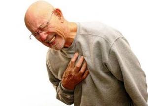 La causa más frecuente de esta enfermedad de las arterias coronarias es la arterioesclerosis, es decir el endurecimiento y engrosamiento anormal de la pared de las arterias.