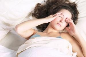 Por las mañanas puede haber dificultad para el inicio de los movimientos (rigidez matutina) de duración variable