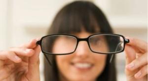 Algunas enfermedades visuales se pueden corregir con el uso de lentes de marco.