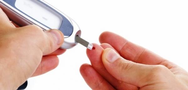 La diabetes mellitus (DM) se caracteriza por un aumento de los niveles de glucosa en la sangre.